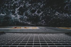 regardant l'océan depuis un bateau photo