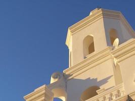 Bâtiment en béton beige sous un ciel bleu pendant la journée