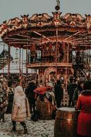groupe de personnes debout près d'un carrousel photo