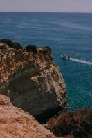 croisière en bateau près d'une falaise photo