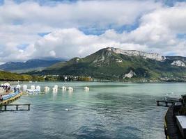 eau bleue près des montagnes photo
