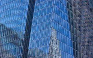 Photographie à faible angle d'un bâtiment aux parois de verre bleu