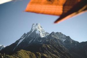 drapeau orange et blanc au sommet d & # 39; une montagne