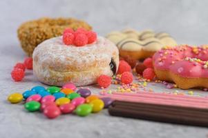 beignets avec des paillettes et des bonbons