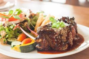 côtes de porc avec sauce épicée et salade