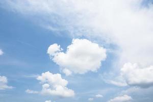 ciel avec des nuages blancs photo