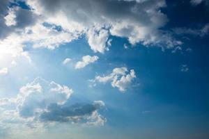ciel bleu avec des nuages blancs photo