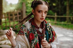 Portrait d'une jeune fille vêtue d'une robe ethnique nationale photo