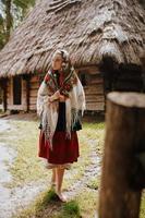 Jeune fille se promène dans le village dans une robe traditionnelle ukrainienne photo