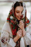 jeune fille dans une robe ethnique traditionnelle photo