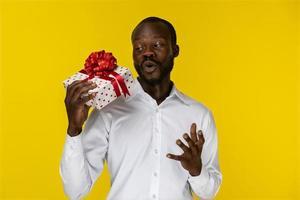 homme regardant un cadeau emballé