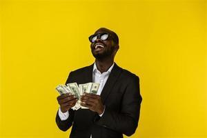 homme cool tenant beaucoup d'argent photo