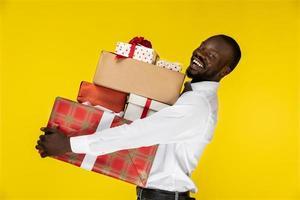 homme tenant une pile de cadeaux