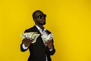 homme tenant de l'argent photo