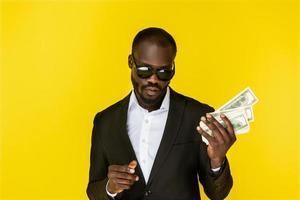 homme cool tenant des dollars photo
