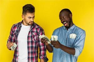 deux amis avec de l'argent photo