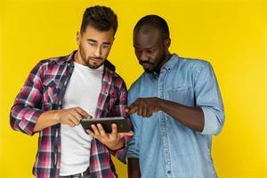 deux garçons sont surpris en regardant la tablette photo