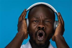 écouter de la musique dans des écouteurs photo