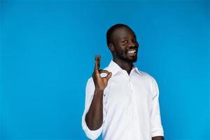 mec souriant montre le signe d'accord avec ses doigts photo