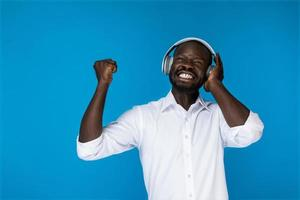 un homme satisfait écouter de la musique dans les écouteurs photo