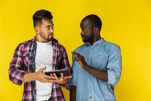 deux mecs parlant et tenant une tablette photo