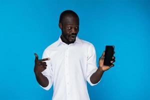homme pointant vers son téléphone photo