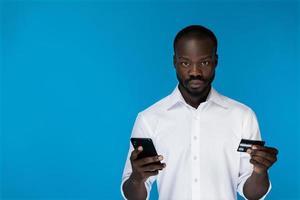 homme sérieux tenant une carte de crédit photo