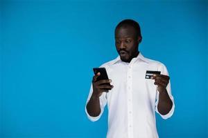 homme avec une carte de crédit et un téléphone photo