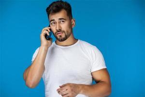 homme parlant au téléphone