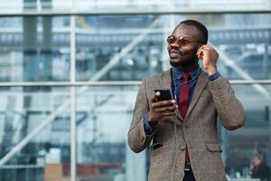 homme avec des écouteurs photo