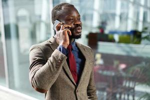 homme souriant et parlant au téléphone photo