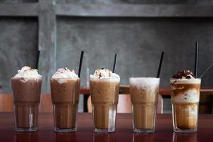 cafés glacés sur une table en bois