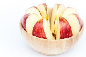 tranches de pomme dans un bol en bois
