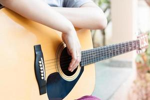personne tenant une guitare photo