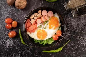 petit-déjeuner aux œufs avec saucisse et légumes