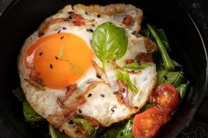 petit-déjeuner avec des œufs au plat