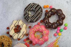 beignets décoratifs sur fond gris