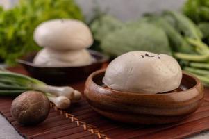 Petits pains cuits à la vapeur dans un plat en bois photo