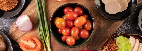 tomates cerises rouges avec oignons nouveaux, poivrons, tomates et oignons rouges photo
