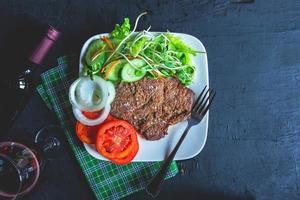 steak et salade sur une assiette