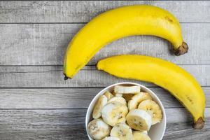 bananes entières et tranchées photo