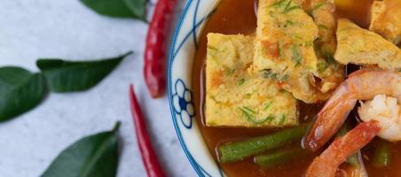 soupe aigre-piquante avec cha-om, œuf et crevettes photo