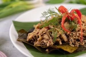 Thai mok pousses de bambou sur une feuille de bananier photo