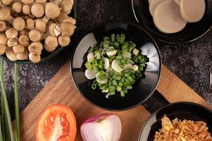 oignon de printemps haché et divers légumes