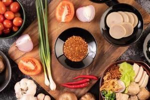 poivre de Cayenne avec oignons nouveaux, piment et ail photo