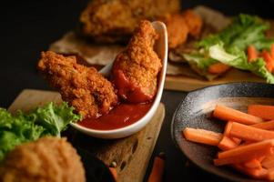 poulet frit croustillant trempé dans une sauce tomate photo