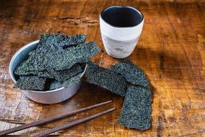 algues sèches dans un bol photo