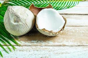 Noix de coco sur fond de bois clair