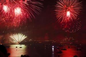 feux d'artifice du jour de la république au bosphore d'istanbul photo