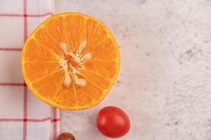 tranches d'orange et de petites tomates photo